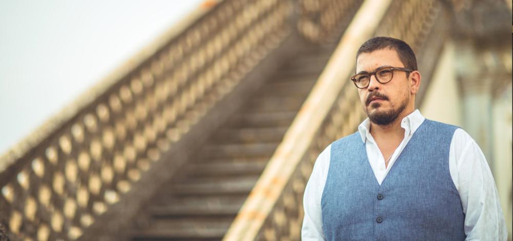 Homme escalier portrait Ricardo Ribeiro Artiste fado